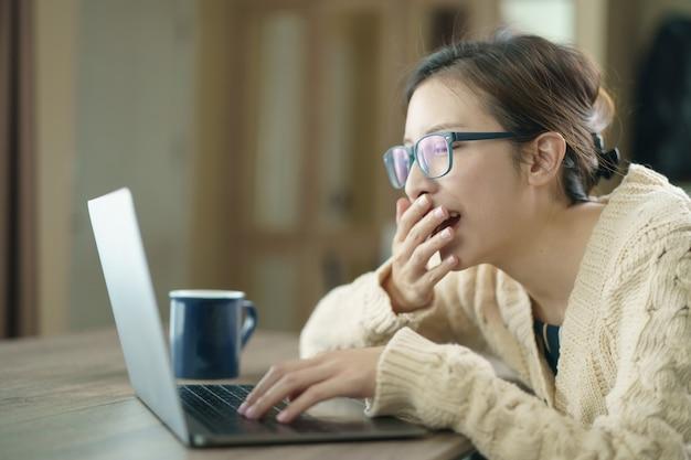 Kobieta używa laptop robi rozmowie wideo współpracować, patrzejący ekran z konferencją. praca w domu.