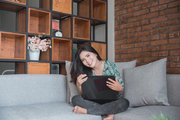 Kobieta używa laptop w domu