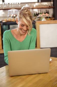 Kobieta używa laptopu obsiadanie