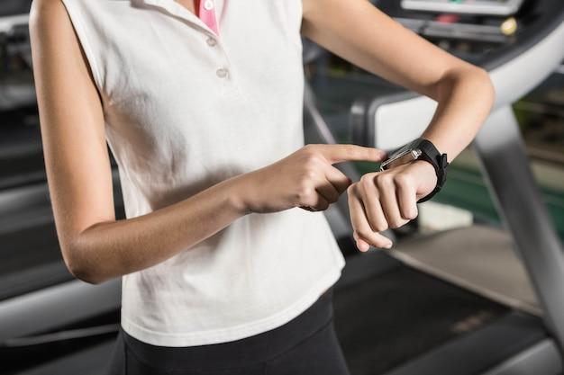 Kobieta używa mądrze zegarek przy gym