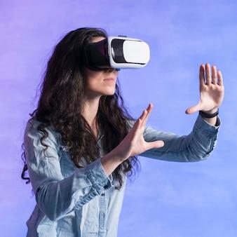 Kobieta używa nowej technologii vr i gestykuluje