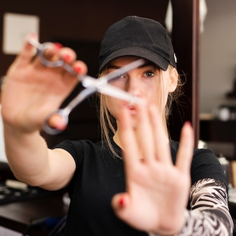 Kobieta używa parę nożyczek zakończenie