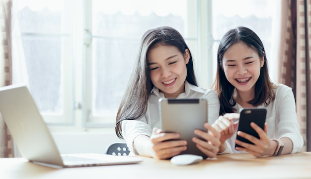 Kobieta używa smartphone i pastylkę na interneta stylu życia. koncepcja przyszłości i trend w internecie.