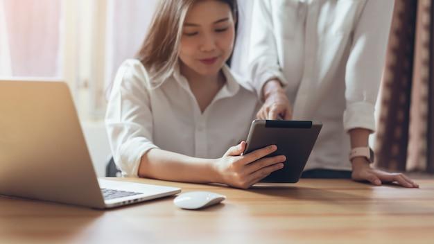 Kobieta używa smartphone i pastylkę na interneta stylu życia. pojęcie przyszłości i trendu