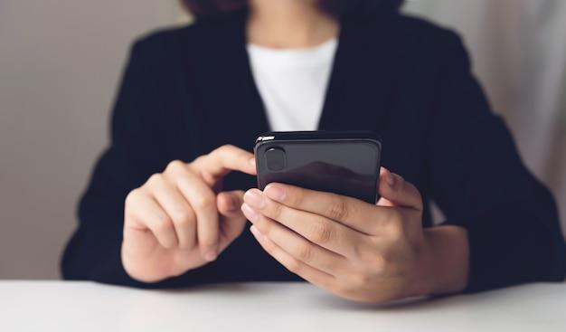 Kobieta używa smartphone. koncepcja korzystania z telefonu jest niezbędna w życiu codziennym.