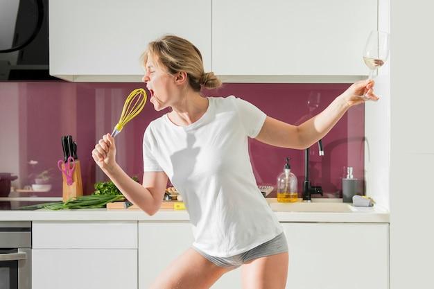 Kobieta używa śmignięcie jako mikrofon