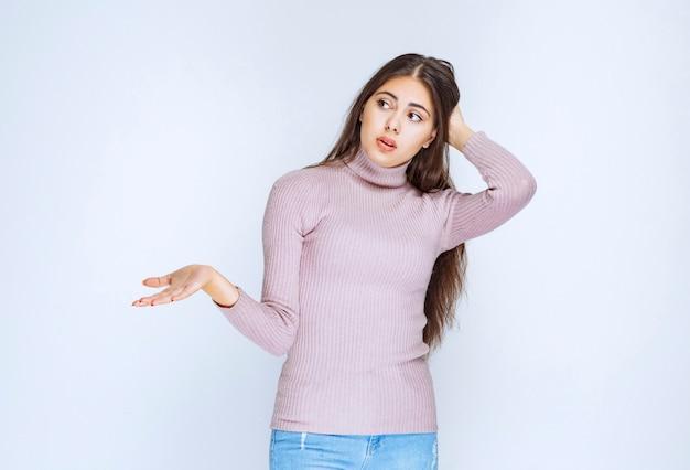 Kobieta używająca otwartej dłoni do przedstawienia czegoś lub udzielenia wyjaśnień.