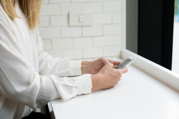 Kobieta używająca swojego telefonu