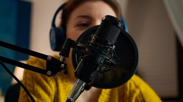Kobieta vlogerka odpowiadająca na pytania fanów podczas internetowego podcastu. kreatywny program online produkcja na żywo, gospodarz transmisji internetowej, przesyłający treści na żywo, nagrywający cyfrową komunikację w mediach społecznościowych