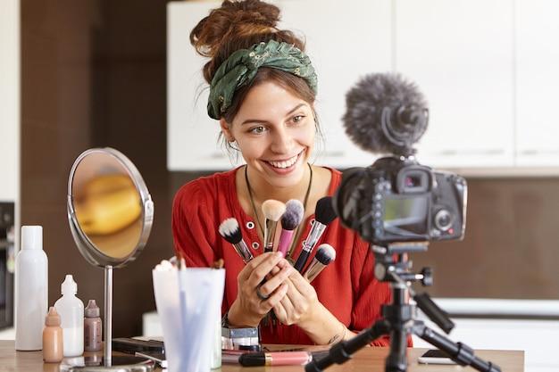 Kobieta vlogger kręci wideo makijażu
