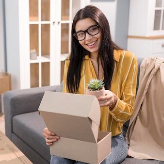 Kobieta vlogger w domu unboxing zakładu