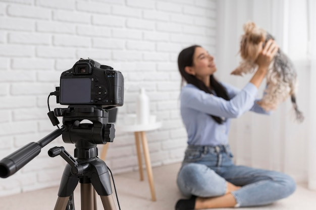 Kobieta vlogger w domu z aparatem