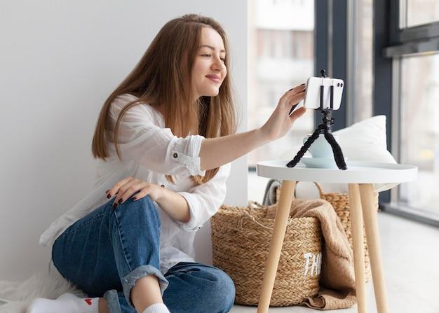 Kobieta vlogowanie z jej telefonem