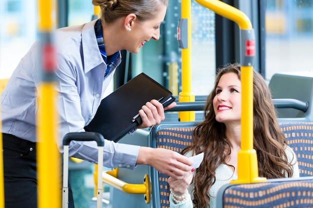Kobieta w autobusie bez ważnego biletu podczas kontroli