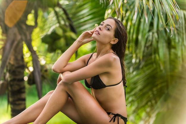 Kobieta w basenie na bali