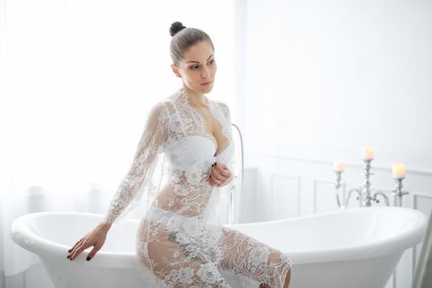 Kobieta w białej bieliźnie