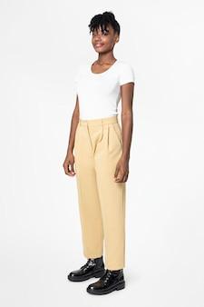 Kobieta w białej koszulce i beżowych spodniach na co dzień moda na całe ciało