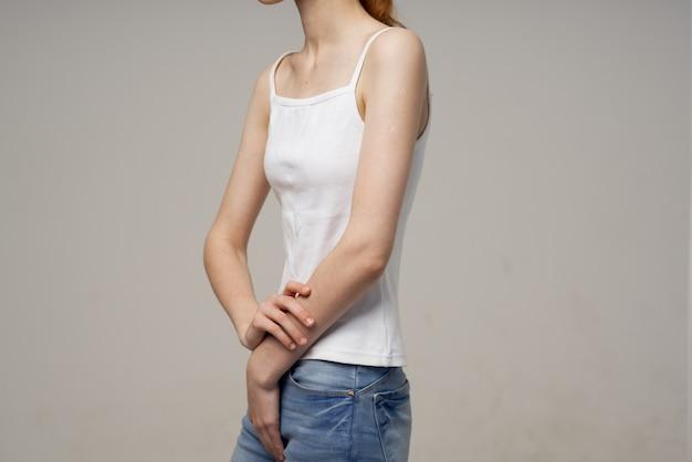 Kobieta w białej koszulce i dżinsach szczupłość dieta problemy zdrowotne