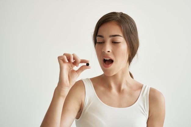 Kobieta w białej koszulce leki medycyna leczenie