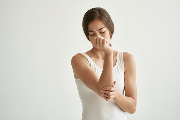 Kobieta w białej koszulce problemy zdrowotne ból stawów przewlekła choroba