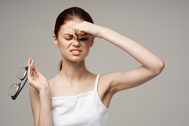Kobieta w białej koszulce problemy ze wzrokiem krótkowzroczność leczenie studyjne