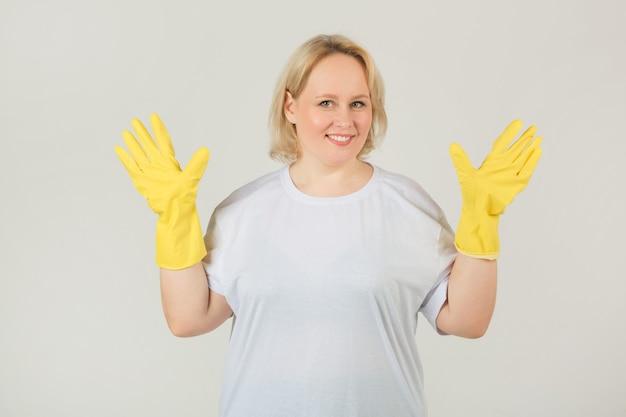 Kobieta w białej koszulce w gumowych rękawiczkach