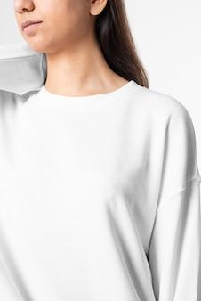 Kobieta w białej koszulce z długim rękawem męski portret studio mody