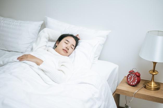 Kobieta w białej koszuli do spania.