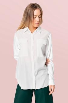 Kobieta w białej koszuli i spodniach z przestrzenią projektową na co dzień moda f