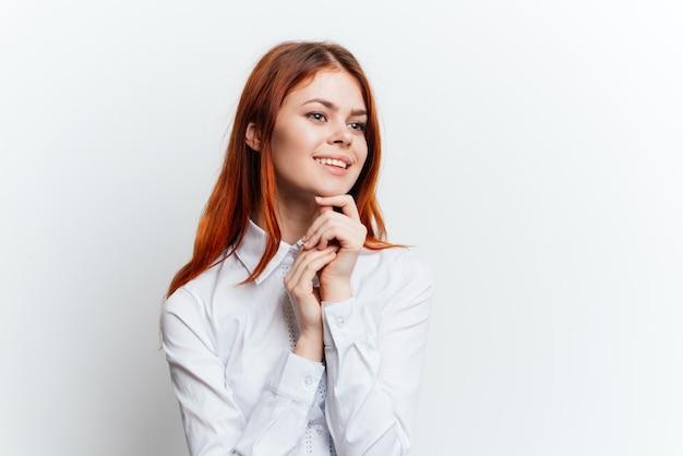 Kobieta w białej koszuli piękny portret