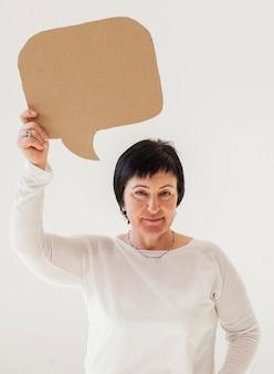 Kobieta w białej koszuli, trzymając czat bańki