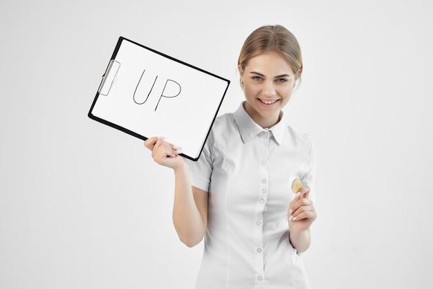 Kobieta w białej koszuli z folderem w ręku na białym tle