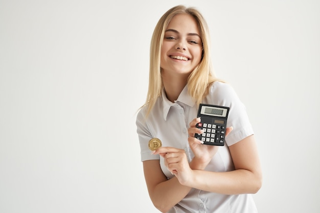 Kobieta w białej koszuli z folderem w ręku na jasnym tle