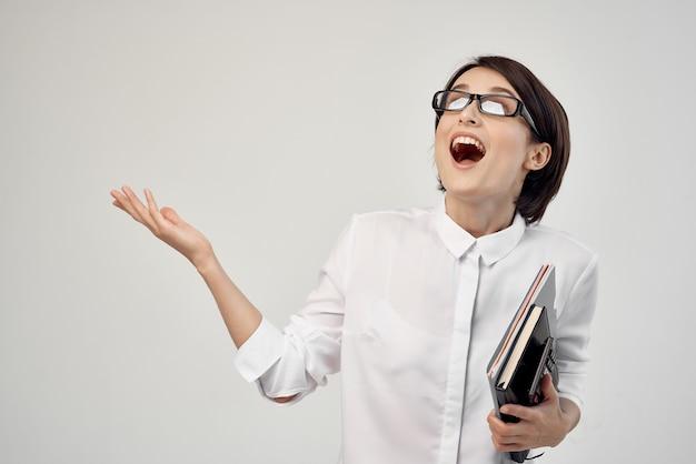 Kobieta w białej koszuli z okularami pewność siebie na białym tle