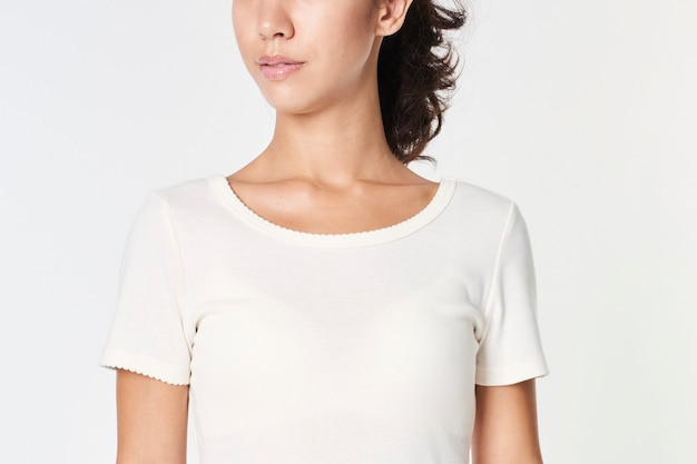 Kobieta w białej makiecie t-shirt