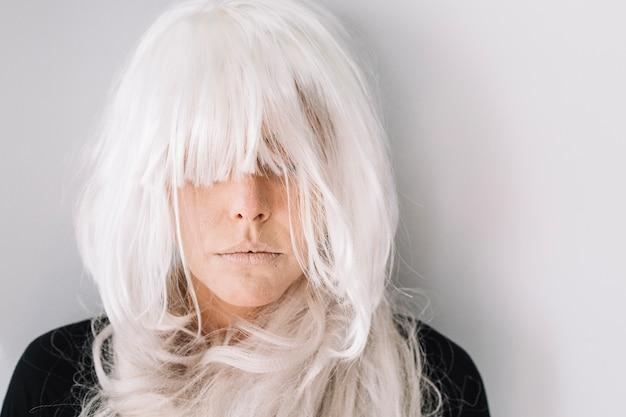 Kobieta w białej perukę