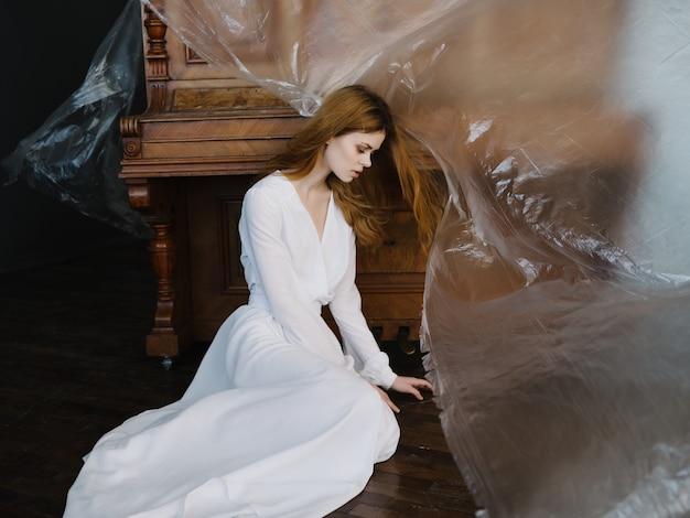 Kobieta w białej sukni fortepian instrument muzyczny romans