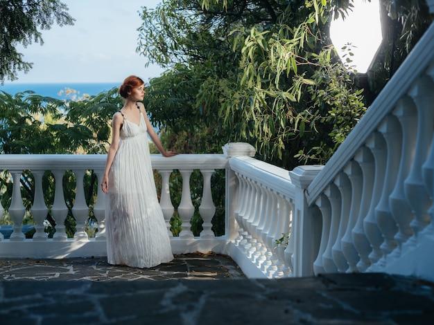 Kobieta w białej sukni grecka kobieta natura zielone liście pejzaż odpoczynek park