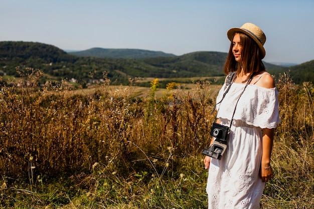 Kobieta w białej sukni, którzy szukają drogi