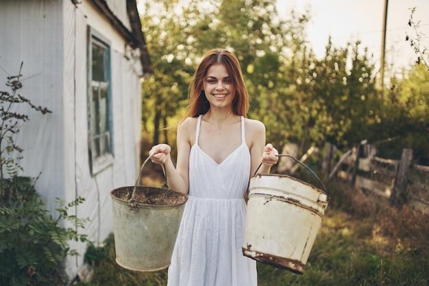 Kobieta w białej sukni lato wieś słońce wolność