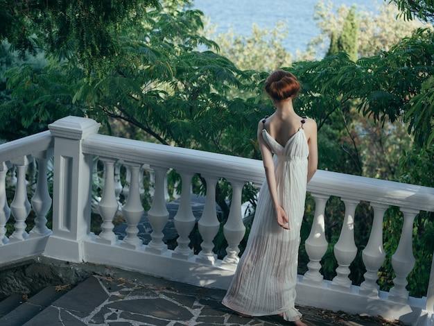 Kobieta w białej sukni na królowej mitologii natury
