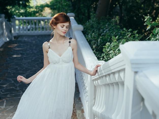 Kobieta w białej sukni na mitologii księżniczki glamour natury