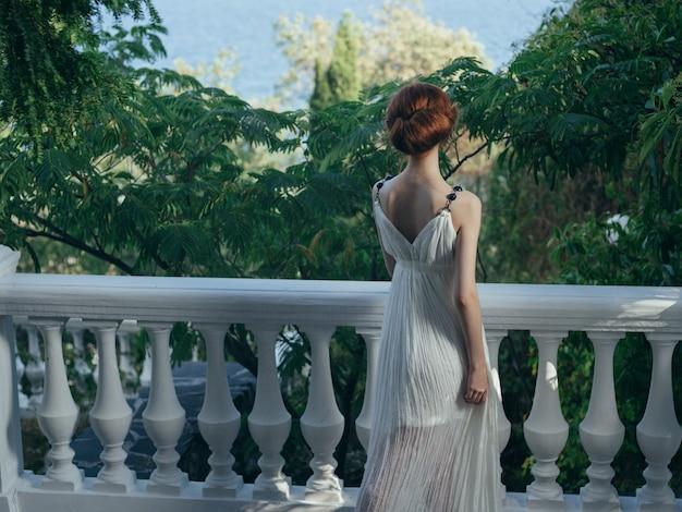 Kobieta w białej sukni natura grecja glamour nature park