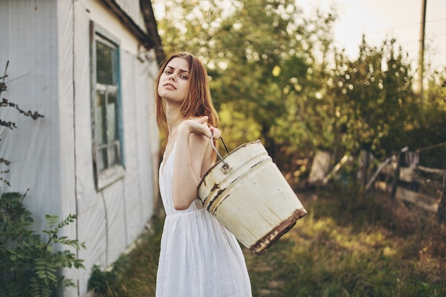 Kobieta w białej sukni pracuje w wiejskim stylu życia