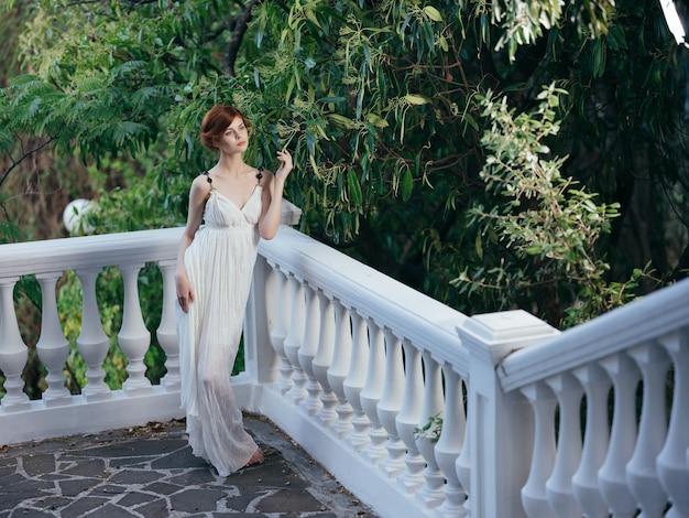 Kobieta w białej sukni w stylu greckim moda pozowanie mitologia