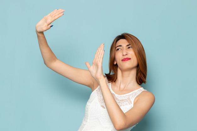 Kobieta w białej sukni z zachowaniem zasad dystansu społecznego
