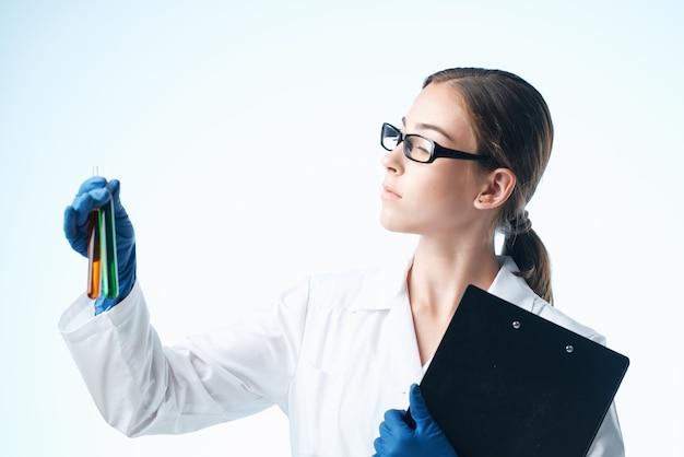 Kobieta w białym fartuchu technologia nauka biologia roztworu chemicznego
