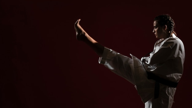 Kobieta w białym karate mundurze i kopii astronautycznym tle