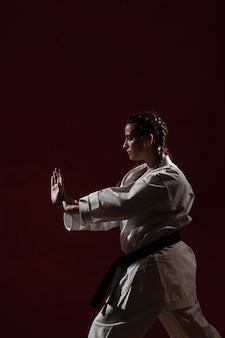 Kobieta w białym karate mundurze