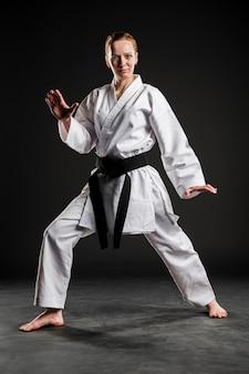 Kobieta w białym mundurze karate